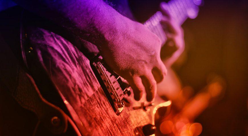 Rocktähtien-hedelmäpeliä-kitaransoittaja